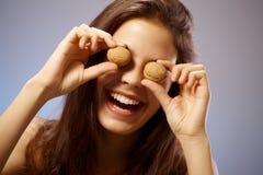 Mujer feliz con los ojos de la nuez Imágenes de archivo libres de regalías