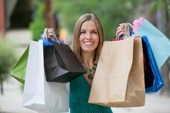 Mujer feliz con los panieres Imagen de archivo libre de regalías