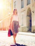 Mujer feliz con los panieres que camina en ciudad Fotos de archivo libres de regalías
