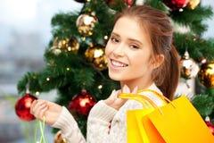 Mujer feliz con los panieres y el árbol de navidad Fotografía de archivo libre de regalías