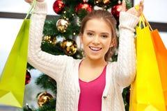 Mujer feliz con los panieres y el árbol de navidad Fotos de archivo libres de regalías