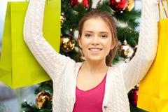 Mujer feliz con los panieres y el árbol de navidad Imagen de archivo libre de regalías