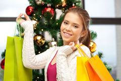 Mujer feliz con los panieres y el árbol de navidad Imágenes de archivo libres de regalías