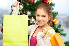 Mujer feliz con los panieres y el árbol de navidad Fotos de archivo