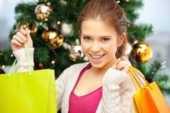 Mujer feliz con los panieres y el árbol de navidad Fotografía de archivo