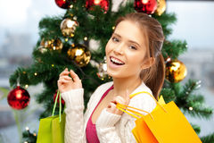 Mujer feliz con los panieres y el árbol de navidad Foto de archivo libre de regalías