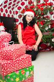 Mujer feliz con los regalos de la Navidad Foto de archivo libre de regalías