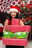 Mujer feliz con los regalos de la Navidad Fotos de archivo