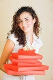 Mujer feliz con los regalos rojos Imágenes de archivo libres de regalías