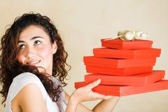 Mujer feliz con los regalos rojos Foto de archivo libre de regalías