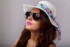 Mujer feliz con los vidrios blancos del sombrero y de sol Fotografía de archivo libre de regalías