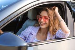 Mujer feliz con los vidrios en forma de corazón imagen de archivo libre de regalías