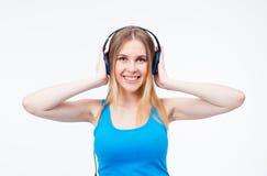 Mujer feliz con música que escucha de los auriculares Fotografía de archivo
