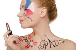 Mujer feliz con maquillaje en el tema de París Foto de archivo libre de regalías