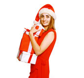 Mujer feliz con muchos regalos Imagen de archivo libre de regalías