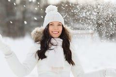 Mujer feliz con nieve al aire libre en invierno Fotos de archivo