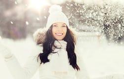 Mujer feliz con nieve al aire libre en invierno Imagen de archivo libre de regalías