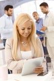 Mujer feliz con PC de la tablilla Foto de archivo libre de regalías
