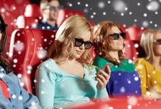 Mujer feliz con smartphone en el cine 3d Foto de archivo
