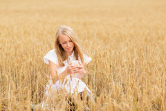 Mujer feliz con smartphone y los auriculares Fotos de archivo