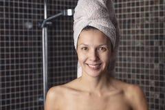 Mujer feliz con su pelo mojado en una toalla Fotografía de archivo