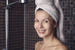 Mujer feliz con su pelo mojado en una toalla Imagenes de archivo