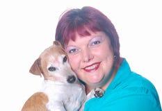 Mujer feliz con su pequeño perro Fotos de archivo