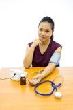 Mujer feliz con su prueba de la presión arterial del uno mismo foto de archivo