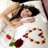 Mujer feliz con te amo el mensaje del amante Fotos de archivo