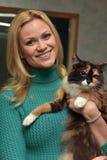 mujer feliz con un gato de un refugio Foto de archivo