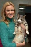 mujer feliz con un gato de un refugio Imagenes de archivo