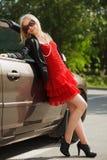 Mujer feliz con un nuevo coche Fotografía de archivo libre de regalías