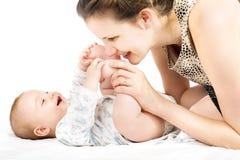 Mujer feliz con un pequeño bebé Imagen de archivo