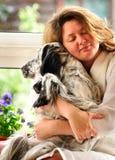 Mujer feliz con un perro Imágenes de archivo libres de regalías