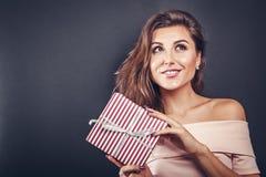 Mujer feliz con una caja de regalo para el día del ` s de la tarjeta del día de San Valentín fotografía de archivo libre de regalías