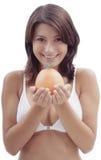 Mujer feliz con una fruta anaranjada Foto de archivo libre de regalías