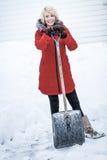 Mujer feliz con una pala en un estacionamiento Fotografía de archivo