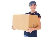 Mujer feliz de la entrega que sostiene la caja de cartón Imagen de archivo