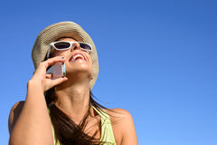 Mujer feliz de la llamada del teléfono celular Fotos de archivo