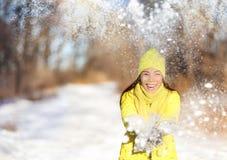Mujer feliz de la lucha de la nieve del invierno que se divierte afuera fotografía de archivo libre de regalías