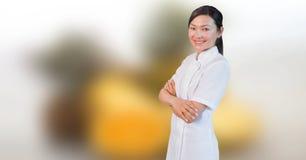 Mujer feliz de la masajista del balneario relajada con el fondo borroso foto de archivo libre de regalías
