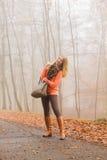 Mujer feliz de la moda con el bolso en parque del otoño Foto de archivo