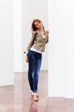 Mujer feliz de la moda de los jóvenes con el bolso Imágenes de archivo libres de regalías