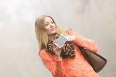 Mujer feliz de la moda en el parque que toma la foto del selfie Fotografía de archivo libre de regalías