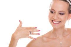 Mujer feliz de la novia con el anillo de compromiso en el finger Imágenes de archivo libres de regalías