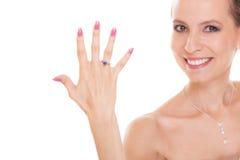 Mujer feliz de la novia con el anillo de compromiso en el finger Imagen de archivo libre de regalías