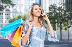 Mujer feliz de las compras Foto de archivo libre de regalías