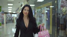 Mujer feliz de las compras que camina en alameda metrajes