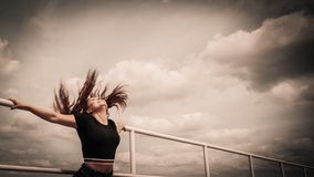 Mujer feliz del adolescente afuera Fotos de archivo libres de regalías