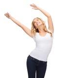 Mujer feliz del baile en camiseta blanca en blanco Foto de archivo libre de regalías